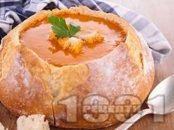 Вкусна пилешка супа с бекон, лук, чушки, царевица, моркови и ориз в хлебче (питка) - снимка на рецептата